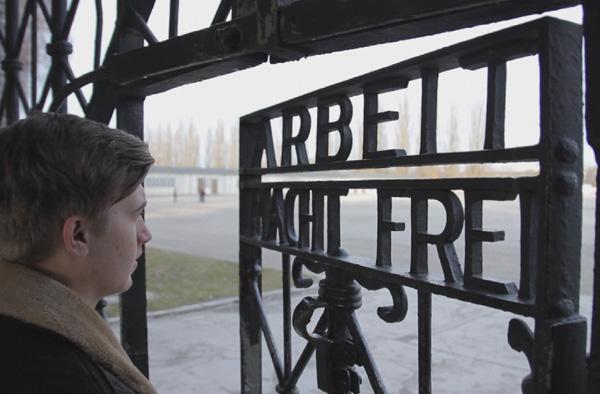 Auf Spurensuche nach dem Urgroßvater: Jannick Tapken in Dachau. Foto: ZDF/Grischa Kerstan