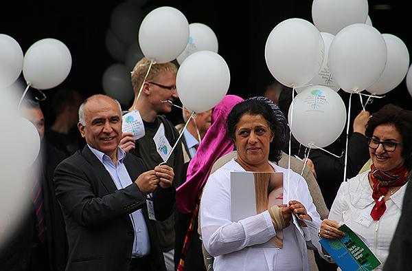 Ballonaktion: Die Teilnehmenden des Tags des christlich-islamischen Dialogs lassen ihre gute Wünsche und Hoffnungen in den Krefelder Himmel steigen.
