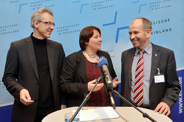 Kirchenrat Jürgen Sohn (v.l.), Landesjugendpfarrerin Simone Enthöfer und Präses Manfred Rekowski bei der Pressekonferenz.