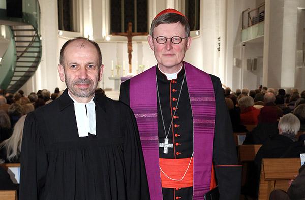 Rainer Maria Kardinal Woelki (r.) und Präses Manfred Rekowski bei der Passionsandacht in der Düsseldorfer Johanneskirche.