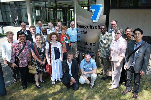 Gäste und Gastgeber: Die Teilnehmenden der Ökumenischen Visite vor dem Landeskirchenamt.