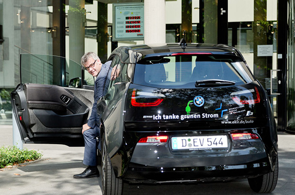 Tankt grünen Strom von der Photovoltaikanlage auf dem Landeskirchenamt: Das Dienstfahrzeug ist Elektroauto BMW i3, zu den Nutzern gehört Vizepräsident Dr. Johann Weusmann.
