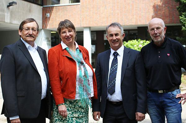 Bundesweite Premiere: Oberkirchenrat Klaus Eberl, Schulleiterin Angelika Büscher, Imam Amir Djeladini und Schuldezernent Otmar Scholl.