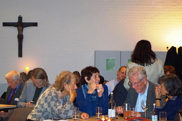 In Ruhe denken: Teilnehmende der Debatte 'Gott im Café' zum Fragen von Palliativmedizin und Sterbehilfe.