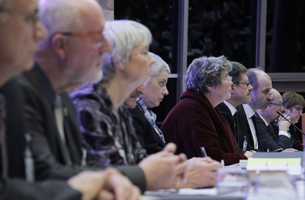 Mitglieder der Kirchenleitung bei der Plenarsitzung am ersten Synodenabend.