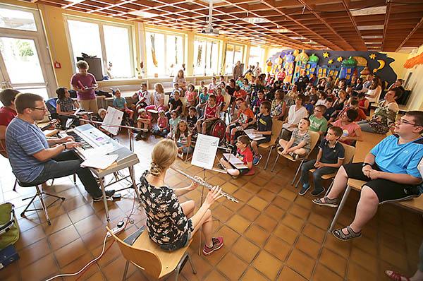 Der Schulchor der Förderschule probt für den Konfirmationsgottesdienst.