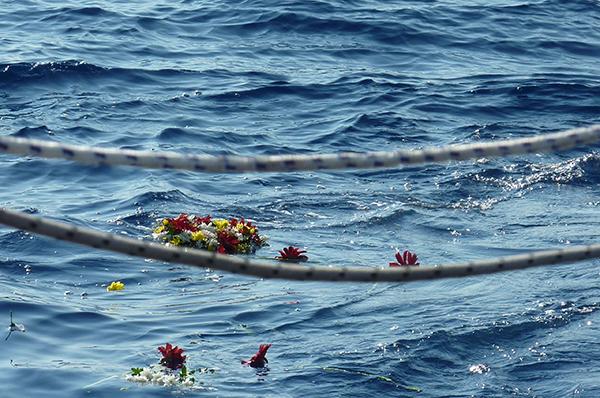 Die Blumen zeugen vom Gedenken für ertrunkene Flüchtlinge vor Lampedusa.