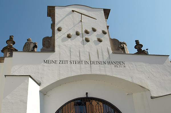 Mitten im Leben: Auch der Satz 'Meine Zeit steht in deinen Händen', angebracht in der Kölner Kartause, stammt aus den biblischen Psalmen.