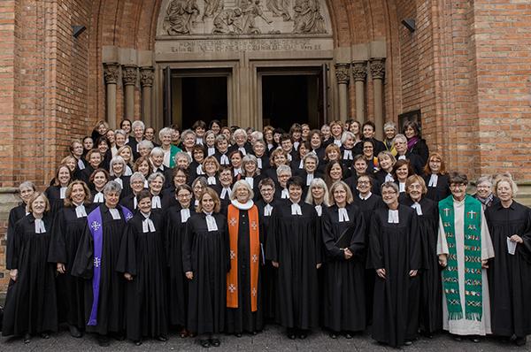Hier stehen wir: Pfarrerinnen der rheinischen Kirche, versammelt mit Altbischöfin Jepsen (M.) zum Jubiläum 40 Jahre volle Gleichstellung im Pfarramt.