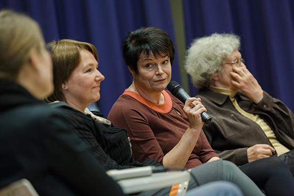 Vier Jahrzehnte Erfahrung: Auf dem Podium erschilderten die Pfarrerinnen Friederike Lamprecht (v.l.), Simone Enthöfer, Elisabeth Müller und Gisela Vogel ihre Erfahrungen.