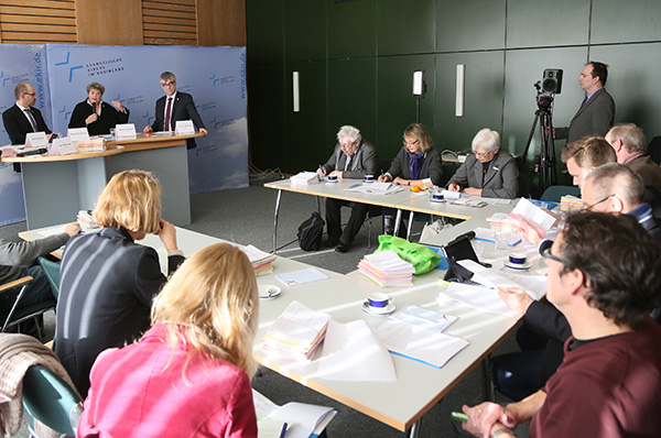Pressekonferenz mit Präses Manfred Rekowski, Oberkirchenrätin Barbara Rudolph und Vizepräsident Dr. Johann Weusmann (v.l.).