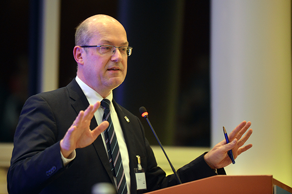 Oberkirchenrat Bernd Baucks erstattet den Finanzbericht.