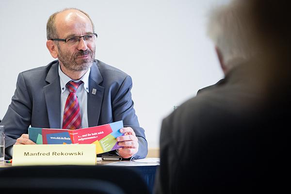 Präses Manfred Rekowski, auch Vorsitzender der EKD-Kammer für Migration und Integration, stellt das Papier '... und ihr habt mich aufgenommen' vor.