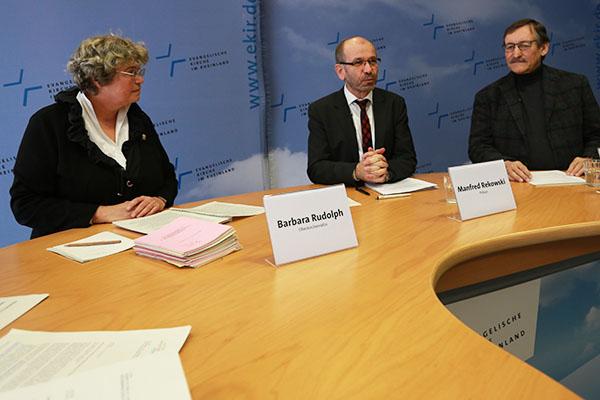 Oberkirchenrätin Barbara Rudolph, Präses Manfred Rekowski und Oberkirchenrat Klaus Eberl (r.) in der Pressekonferenz zur Landessynode 2018.