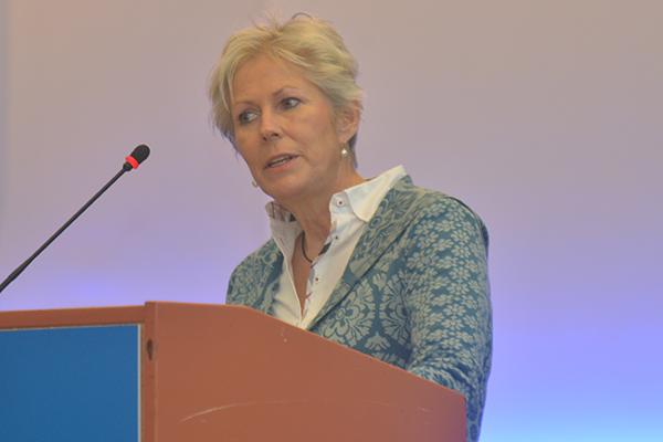 Diakonie-Pfarrerin Grit de Boers bei ihrer Wortmeldung auf der Landessynode.
