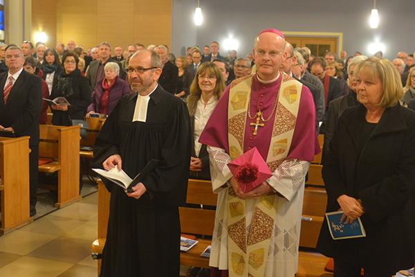 NRW-Ministerpräsidentin Kraft (vorn v.l.), Bischof Overbeck und Präses Rekowski im Eröffnungsgottesdienst der Landessynode 2017.