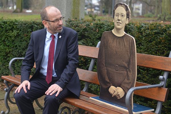 Präses Manfred Rekowski mit der Figur der Ilse Härter aus der Reformatorinnen-Ausstellung.