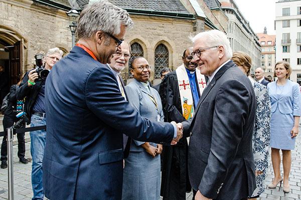Der rheinische Vizepräsident und Mitglied des Exekutivausschusses der Generalversammlung Dr. Johann Weusmann trifft Bundespräsidenten Frank-Walter Steinmeier beim Willkommensgottesdienst in der Leipziger Nikolaikirche.