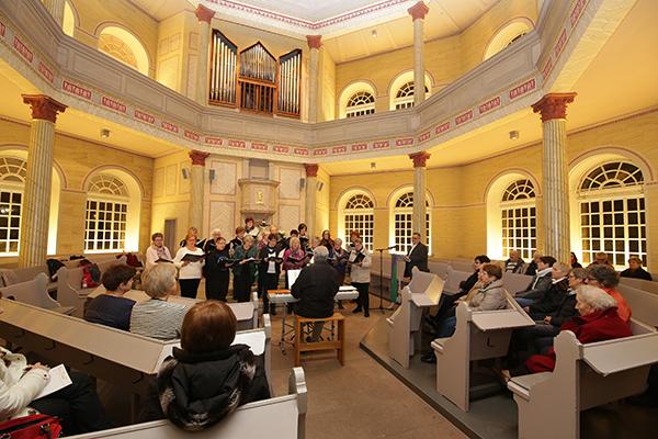 Der Chor stimmt die Besucherinnen und Besucher der Fastenandacht in der evangelischen Kirche Bischmisheim auf das Wochenthema ein.