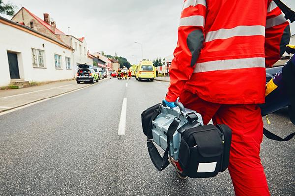 Ungewisser Einsatz: Belegbare Zahlen zu Gewaltaten gegen Rettungsleute gibt es nicht. Studien weisen aber auf eine Zunahme hin und auch die Notfallseelsorge beobachtet ein zunehmendes Gefühl der Unsicherheit bei Rettungskräften.