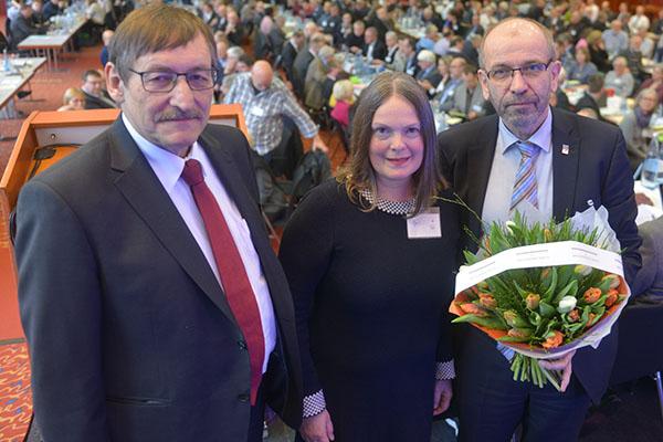 Der scheidende Oberkirchenrat Klaus Eberl (links) und Präses Manfred Rekowski (rechts) gratulieren Henrike Tetz zur Wahl.