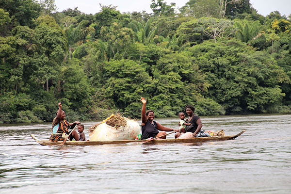 Frauen sind auf dem Suriname River in einem Boot unterwegs.