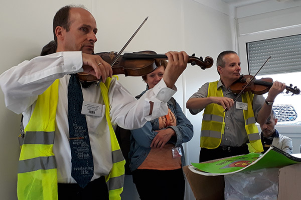 Unter anderem mit Musik versuchen Ehrenamtlich im Transitlager in  Tompa den Flüchtlingen den Aufenthalt zu erleichtern.