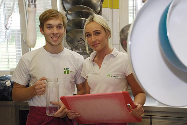 Einsatz in der Küche: Thomás Källsten arbeitet Hand in Hand mit den anderen Mitarbeitern im Hackhauser Hof - wie mit India Wegner.