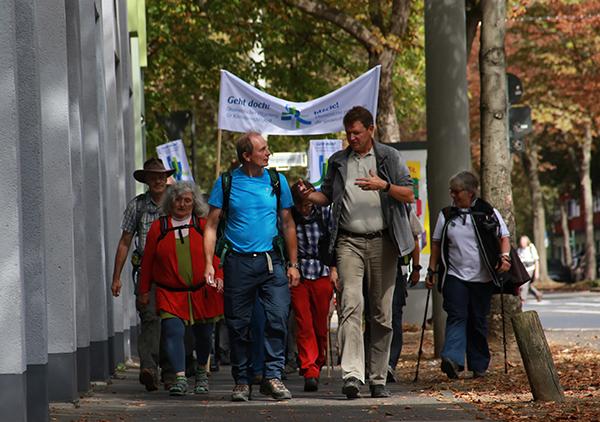 Aufgebrochen: Die ökumenischen Klimapilgerinnen und -pilger kurz nach ihrem Start in Bonn.