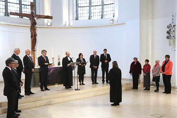 Henrike Tetz (M.) bei ihrer Einführung als neue Oberkirchenrätin im Gottesdienst in der Düsseldorfer Johanneskirche.