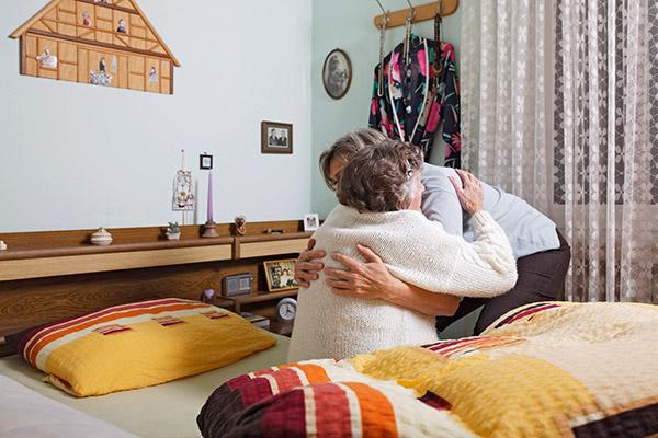 Mehr als zwei Millionen Pflegebedürftige werden zu Hause versorgt, knapp 1,4 Millionen davon von Angehörigen, meist Frauen. Das macht etwa die Hälfte aller Pflegefälle in Deutschland aus.