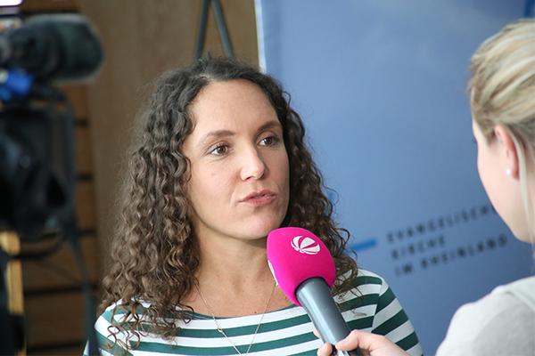 Das Fernsehen hakt nach: Abschiebungsbeobachterin Dalia Höhne im Interview.