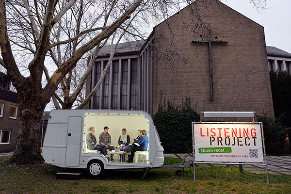 Direkt vor der Christuskirche in Düren steht der Wohnwagen, in dem geredet und zughört wird.