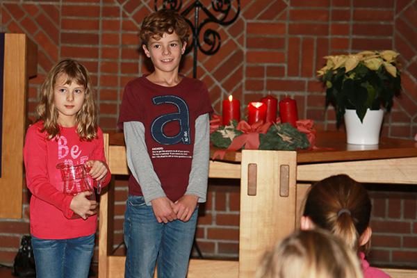 Szene bei der Krippenspielprobe: Maria trifft Joseph, nachdem ihr der Engel erschienen ist.