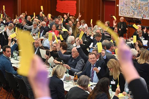 Abstimmung im Plenum bei der Landessynode 2019 in Bad Neuenahr.