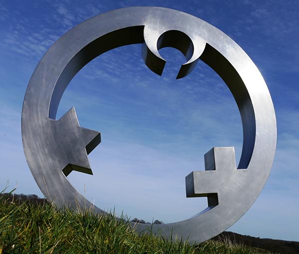 Drei Religionssymbole, die zusammen einen Engel ergeben: Der 'Engel der Kulturen'. Foto: Merten/Dietrich
