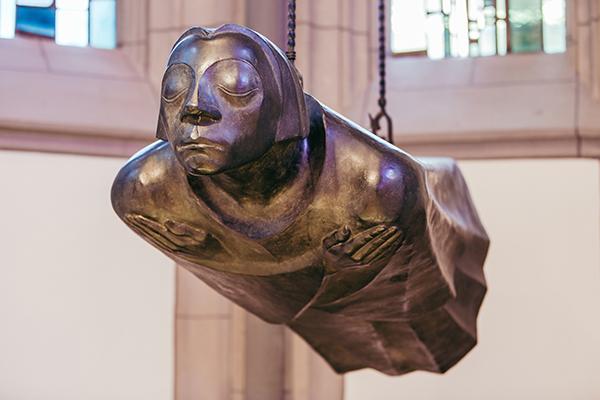 Der schwebende Engel von Ernst Barlach ist ein Mahnmal für die im Ersten Weltkrieg Gefallenen.