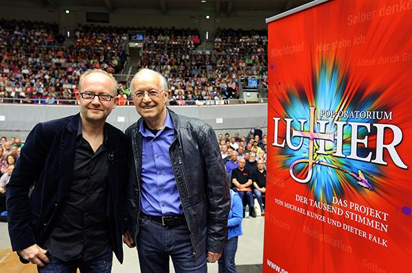 Mehr als 3.000 Sängerinnen und Sänger haben in den Dortmunder Westfalenhallen schon für das Pop-Oratorium 'Luther' geprobt. Mit dem Chor arbeiteten der Musikproduzent Dieter Falk (l.) und der Autor des Librettos, Michael Kunze (r.). Die Premiere des Stück