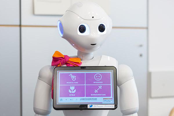 'Robbie' kann Memory spielen, tanzen und an Termine. Der humanoide Roboter vom Typ Pepper wurde von Wissenschaftlern der Universität Siegen und der Fachhochschule Kiel programmiert und soll unterstützend in Altenheimen zum Einsatz kommen. Foto epd-bil.de