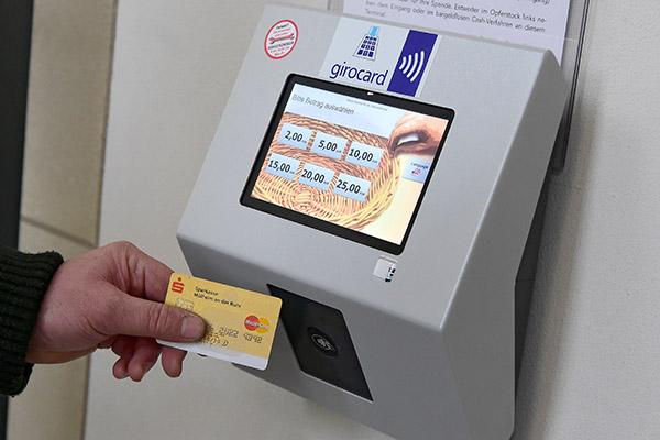 Kollekte zahlen mit der EC-Karte – das geht am stationären Spendenterminal in der Duisburger Salvatorkirche bei Beträgen zwischen 2 und 25 Euro.