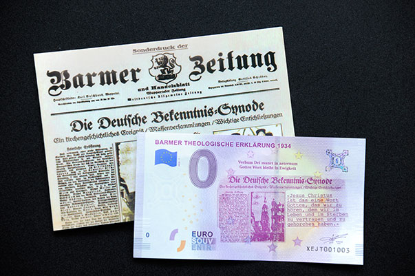 Der neue Null-Euro-Schein auf einer Kopie des Sonderdrucks der Barmer Zeitung zur Bekenntnis-Synode 1934.