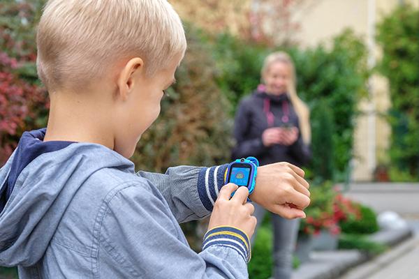 GPS-Tracker für Kinder gibt als bunte Uhren oder Anhänger. Die Geräte übermitteln die Eltern genau, wo ihre Kinder sich aufhalten.
