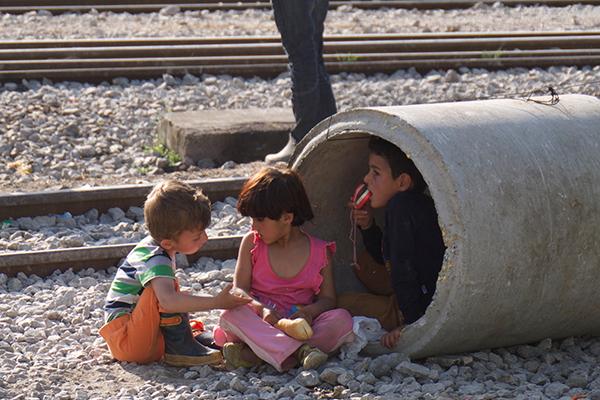 Kinder beim Spielen in einem griechischen Flüchtlingslager. Unser Videoredakteuer Marcel Kuß hat 2016 dokumentiert, wie die evngelische Gemeinde in Katerini Geflüchteten hilft. Link zum Video weiter unten.