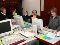 Zwei Lacher und eine Lacherin: In der Arbeitsstelle Internet werden die Zitate gesammelt.