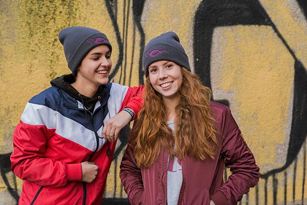 Jugendliche vor Graffiti