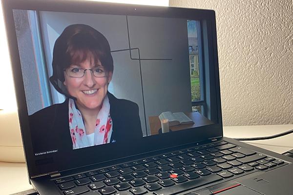 """""""Aller Anfang ist schwer – aber auch aufregend und berührend"""", sagt Professorin Konstanze Kemnitzer zu den anstehenden Predigten ihrer Studentinnen und Studenten. Sie werden in der virtuellen Campus-Kapelle predigen und in Wuppertaler Kirchen."""