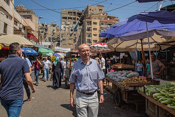 Präses Manfred Rekowski am Montag zu Besuch im Beiruter Stadtteil Shatila. Dort leben seit Jahrzehnten palästinensische Flüchtlinge. Nun fürchten libanesische Regierung und Bevölkerung, dass die rund 1,5 Millionen syrischen Bürgerkriegsflüchtlinge ähnlich