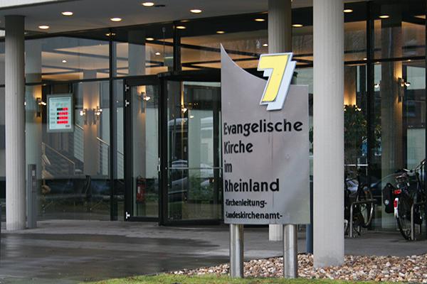 Eingangsbereich des Düsseldorfer Landeskirchenamts.