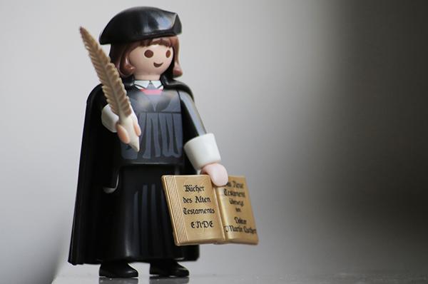 Das weitreichende Versagen der evangelischen Kirche gegenüber dem jüdischen Volk erfülle mit Trauer und Scham, heißt es in der Kundgebung.