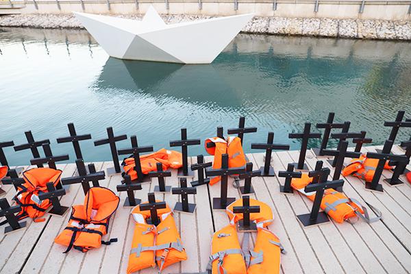 Kreuze erinnern an die Menschen, die bei der Flucht übers Mittelmeer gestorben sind.